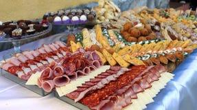 Tabla de banquete del abastecimiento, comida fría con bocados en el evento al aire libre Imagenes de archivo