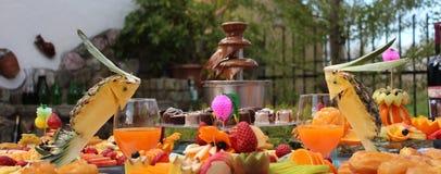 Tabla de banquete del abastecimiento, comida fría con bocados en el evento al aire libre Fotografía de archivo libre de regalías