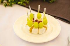 Tabla de banquete del abastecimiento con diversa comida Fotos de archivo libres de regalías