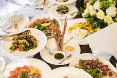Tabla de banquete del abastecimiento con diversa comida Imagen de archivo