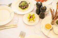 Tabla de banquete del abastecimiento con diversa comida Foto de archivo