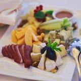 Tabla de banquete del abastecimiento con diversos bocados y aperitivos de la comida en evento corporativo de la fiesta de cumplea Imagen de archivo