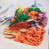 Tabla de banquete del abastecimiento con diversos bocados y aperitivos de la comida en evento corporativo de la fiesta de cumplea Foto de archivo libre de regalías