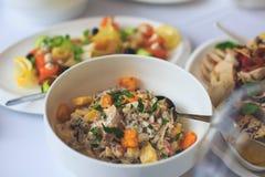 Tabla de banquete del abastecimiento con diversos bocados y aperitivos de la comida en evento corporativo de la fiesta de cumplea Imagen de archivo libre de regalías