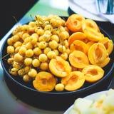 Tabla de banquete del abastecimiento con diversos bocados y aperitivos de la comida en evento corporativo de la fiesta de cumplea Fotografía de archivo libre de regalías