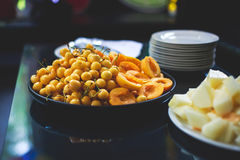 Tabla de banquete del abastecimiento con diversos bocados y aperitivos de la comida en evento corporativo de la fiesta de cumplea Fotografía de archivo