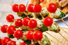 Tabla de banquete del abastecimiento con diversos bocados y aperitivos de la comida foto de archivo libre de regalías