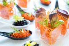Tabla de banquete del abastecimiento con la ensalada y el caviar Fotos de archivo