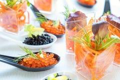 Tabla de banquete del abastecimiento con la ensalada y el caviar Fotografía de archivo