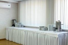 Tabla de banquete del abastecimiento en pasillo al lado de la sala de conferencias Imagen de archivo libre de regalías