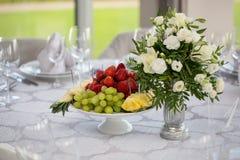 Tabla de banquete de la boda del abastecimiento en la recepción Presentación del restaurante, consumo de alimentos, concepto del  Foto de archivo libre de regalías