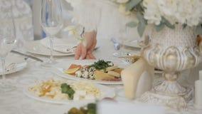 Tabla de banquete de la celebración con la decoración de las flores almacen de metraje de vídeo