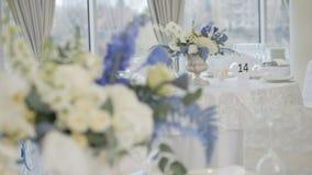 Tabla de banquete de la celebraci?n con la decoraci?n de las flores almacen de video