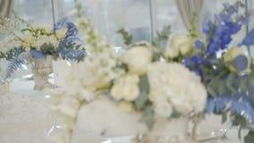 Tabla de banquete de la celebraci?n con la decoraci?n de las flores almacen de metraje de vídeo