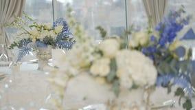 Tabla de banquete de la celebraci?n con la decoraci?n de las flores metrajes