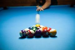 Tabla de billar azul con las bolas coloridas, el comenzar del juego, lento Imagen de archivo
