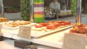 Tabla de buffet del desayuno en restaurante de lujo del hotel turístico con la comida clasificada de la panadería, pasteles, ce almacen de video