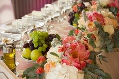 Tabla de cena con la fruta en la boda con la fruta Foto de archivo libre de regalías