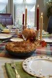Tabla de cena de la acción de gracias con la empanada de manzana Fotografía de archivo libre de regalías