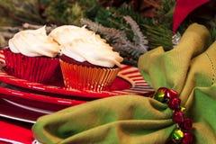 Tabla de cena de la Navidad con el postre Imagenes de archivo