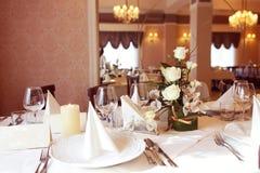 Tabla de cena elegante con la decoración de la flor Fotos de archivo libres de regalías