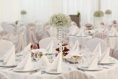 Tabla de cena elegante con la decoración hermosa de la flor Imagen de archivo libre de regalías