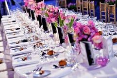 Tabla de cena festiva con los ramos hermosos de las flores imagenes de archivo