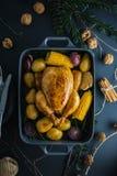 Tabla de cena de la Navidad con el pollo en oscuridad Imagenes de archivo