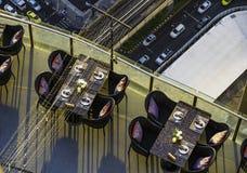 Tabla de cena a lo largo del balc?n del edificio alto Bangkok, Tailandia, igualando tiempo imagen de archivo
