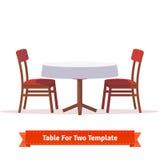 Tabla de cena para dos con el paño y las sillas blancos Imagen de archivo