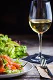Tabla de cena para el cliente del restaurante Ensalada de los pescados frescos imágenes de archivo libres de regalías