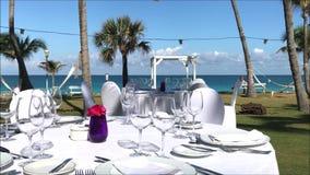 Tabla de cena puesta en un jardín tropical en una isla caribeña