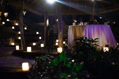 Tabla de cena romántica de la luz de una vela con la lámpara fotografía de archivo