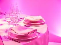 Tabla de cena rosada elegante Foto de archivo libre de regalías