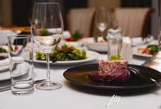 Tabla de cena servida en un restaurante foto de archivo libre de regalías
