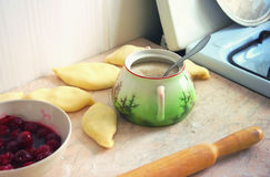 Tabla de cocina con el cuenco de azúcar Imagen de archivo