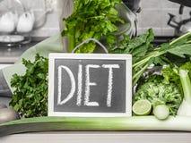 Tabla de cocina con muchas verduras verdes de la dieta Imagen de archivo