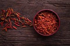 Tabla de cocina con pimienta de chiles secada imagen de archivo