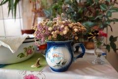 Tabla de cocina con un ramo seco de las flores imagen de archivo libre de regalías