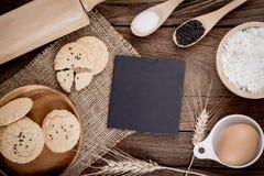 Tabla de cocina de madera del vintage rural con la hoja de papel en blanco vieja Fotos de archivo libres de regalías