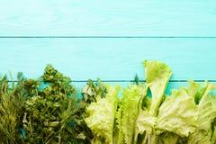 Tabla de cocina de madera azul del perejil Visión superior y foco selectivo Mofa para arriba Copie el espacio Concepto del alimen fotos de archivo libres de regalías