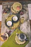 Tabla de cocina retra con las galletas y el chocolate del juego de té Imágenes de archivo libres de regalías