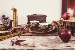 Tabla de cocina retra vieja con cerámica del té del vintage Foto de archivo