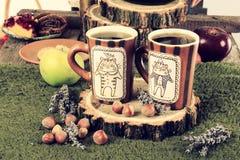 Tabla de cocina retra vieja con las tazas de café Fotos de archivo libres de regalías