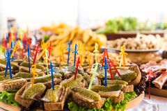 Tabla de comida fría con canapes del pan de centeno, de la manteca de cerdo y de los pepinos conservados en vinagre en el primero Imagen de archivo libre de regalías