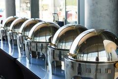 Tabla de comida fría con la fila de las cacerolas de vapor de la alimentación Imagen de archivo