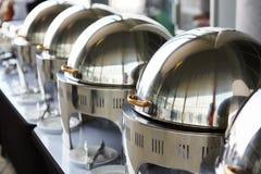 Tabla de comida fría con la fila de las cacerolas de vapor de la alimentación Foto de archivo