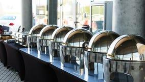 Tabla de comida fría con la fila de las cacerolas de vapor de la alimentación Imagenes de archivo