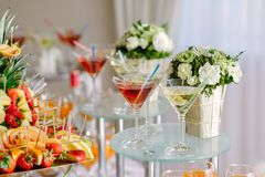 Tabla de comida fría con martini Foto de archivo
