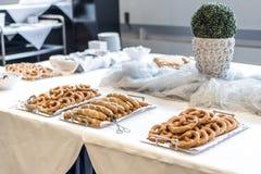 Tabla de comida fría del abastecimiento con el surtido delicioso de la comida de pasteles frescos Imagenes de archivo